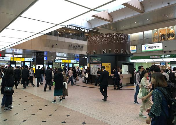JR大宮駅中央改札を出ましたら、大宮駅構内を東口方面に進んでください。その他、東武野田線やニューシャトルでお越しの方も大宮駅構内を東口方面に進んでください。