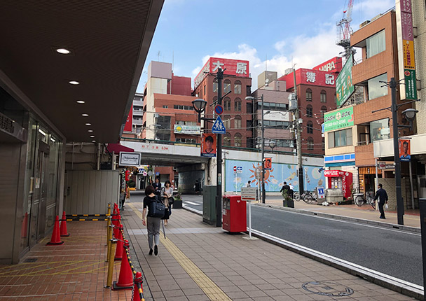 そのまま真っすぐ進むと左手に「武蔵野銀行」があり、正面には「大栄橋」という橋が大宮駅の西口と東口を結ぶように見えてきます。