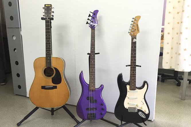 当教室では、レッスンで使用する際のギターも無料でレンタルしております。