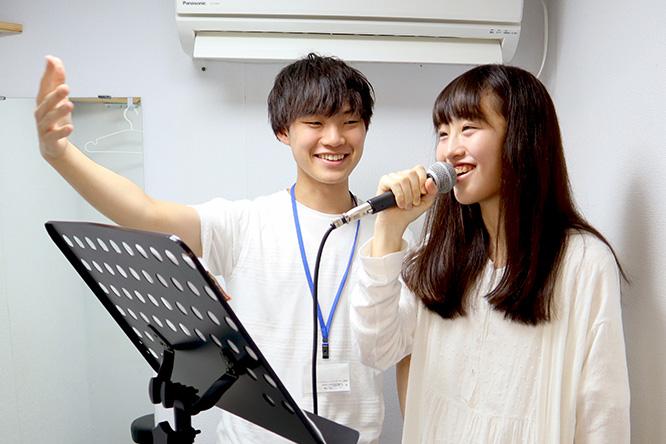 カラオケ音源も完備しておりますので、お好きな歌でレッスンを受けていただくことも可能です!